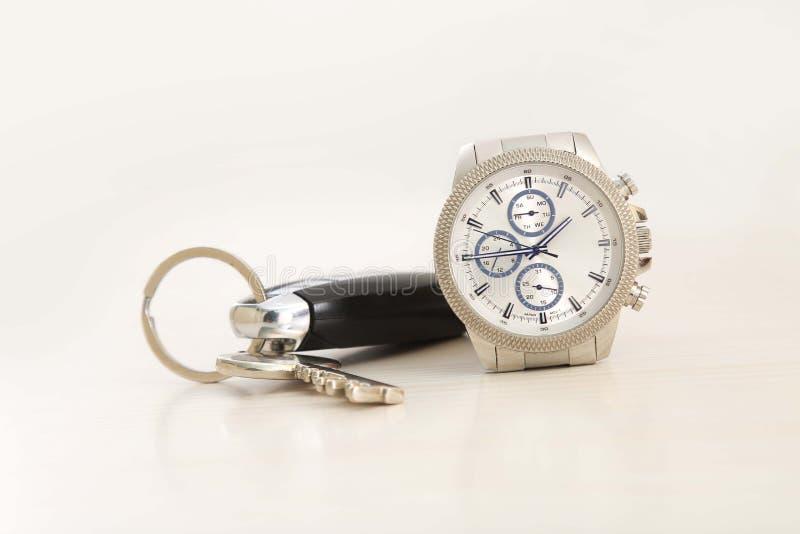 Bild des Armbanduhr- und Autoschlüssels lizenzfreie stockbilder