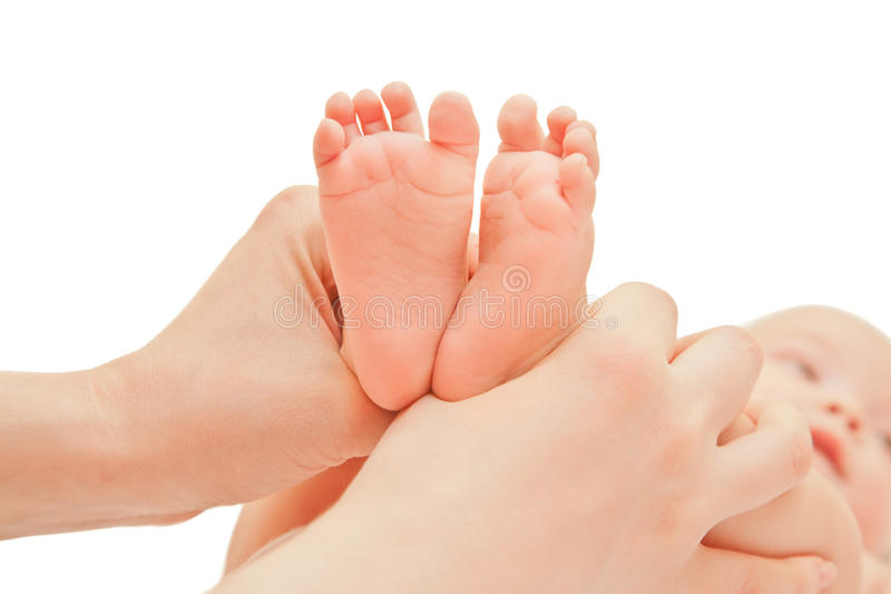 Bild des Babyschritts mit den Mutterhänden lizenzfreie stockfotos