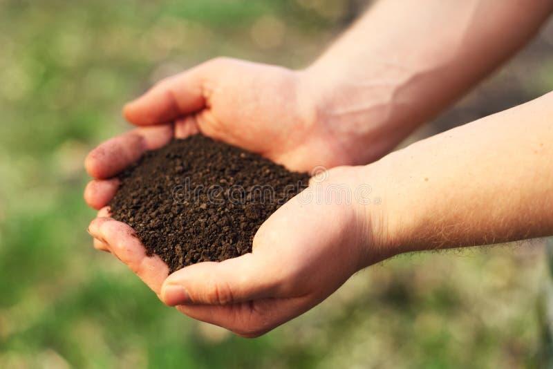Bild des Bodens in den Händen stockfotografie