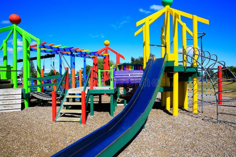 Bild des bunten Spielplatzes mit Ausrüstung, Levin, Neuseeland stockbild