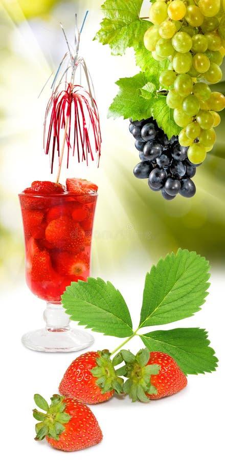 Bild des Erdbeercocktails und der Traubennahaufnahme stockfotografie