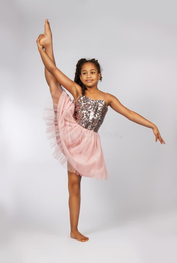 Bild des flexiblen kleinen Mädchens, das Vertikalenspalte tut stockfoto
