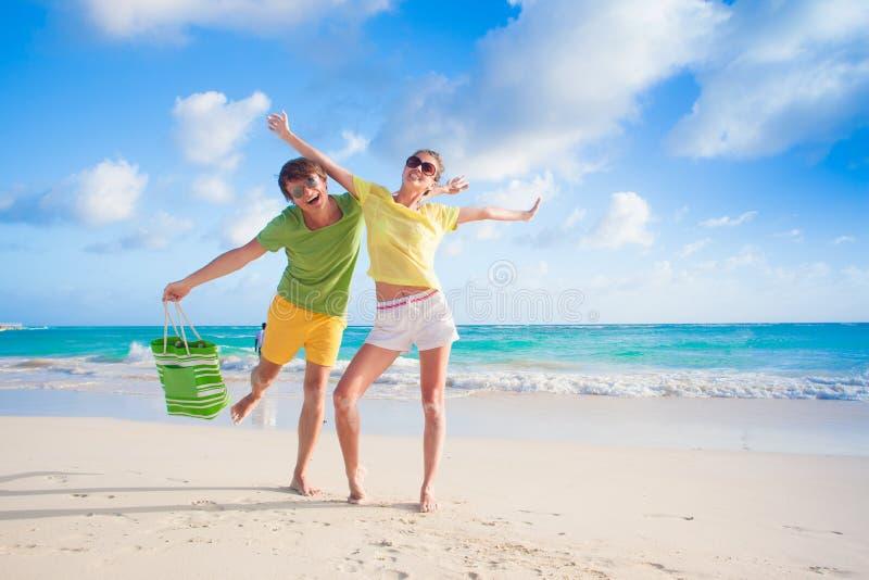 Bild des glücklichen Paars in der Sonnenbrille auf dem Strand stockfoto