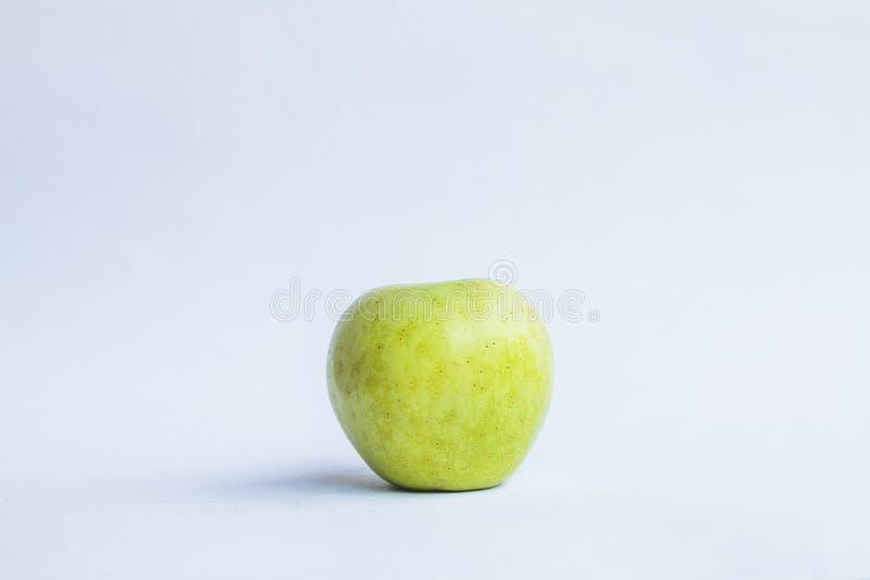Bild des grünen Apfels auf einem Weiß lokalisierte Hintergrund stockbild