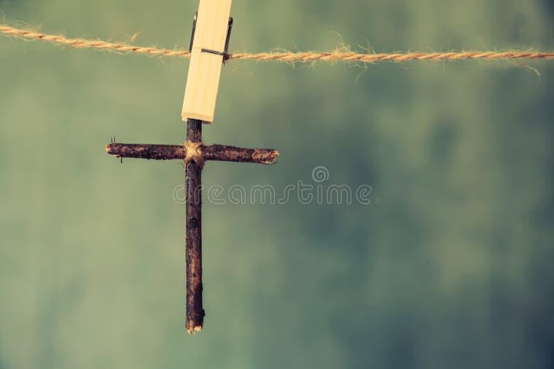 Bild des h?lzernen Kreuzes auf blauem Retro- Hintergrund lizenzfreie stockfotografie
