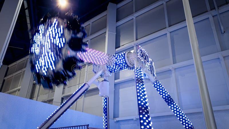 Bild des illuminted extremen Schwingens, das 360 Grad im ThemaVergnügungspark am Einkaufszentrum dreht stockbilder