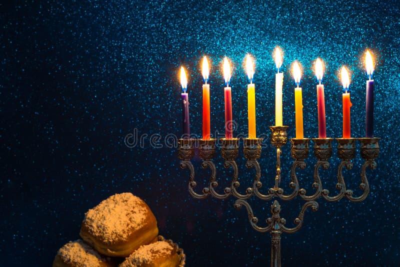 Bild des jüdischen Feiertags Chanukkas mit einem menorah stockbild