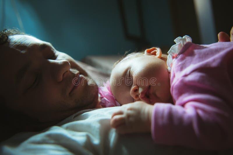 Bild des jungen Vatis mit netter kleiner Tochter herein stockbilder
