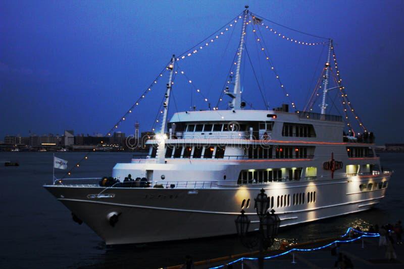 Bild des Konzertschiffs gelandet in Kobe Harbor Land Port eingelassen der Abend lizenzfreies stockfoto