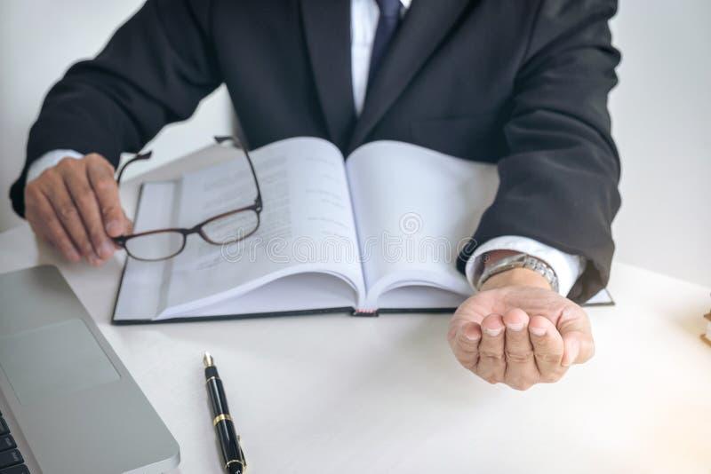 Bild des männlichen Rechtsanwalts oder Richter bedrängen den Bestechungsgeldkunden und Arbeits w stockbilder