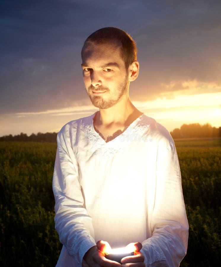 Bild des Mannes auf Sonnenuntergang stockfoto