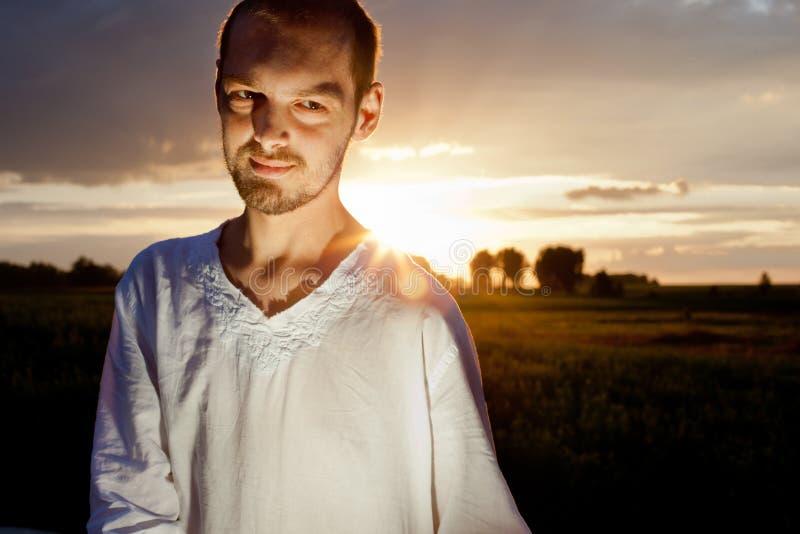 Bild des Mannes auf Sonnenuntergang stockfotos