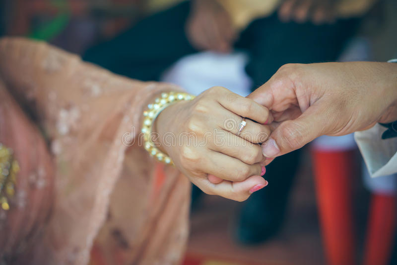 Bild des Mannes und der Frau mit Ehering stockfoto