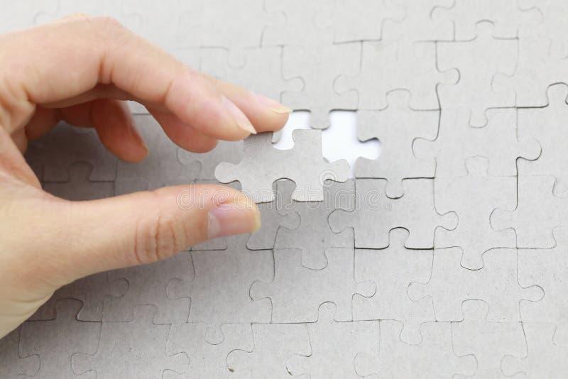 Bild des Puzzlespielstückes, letztes Puzzlespielstück stockbilder
