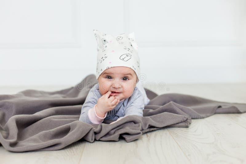 Bild des süßen Babys in einem Kranz, Nahaufnahmeporträt des lächelnden Mädchens des netten sechsmonatigen Babys, Kleinkind Netter stockbilder