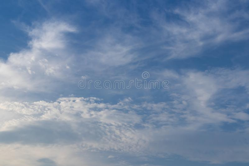 Bild des schönen brighty blauen Himmels und des weißen flaumigen cloudscape Copysapce und Text stockfotos