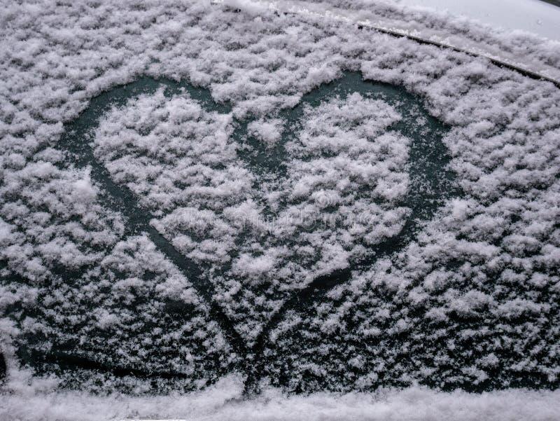 Bild des Schneeherzens am Fenster eines Autos stockbild