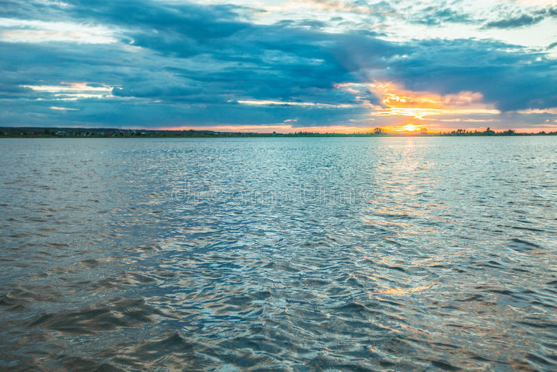 Bild des Sonnenuntergangs auf Fluss Tom Tomsk Russland stockfotos