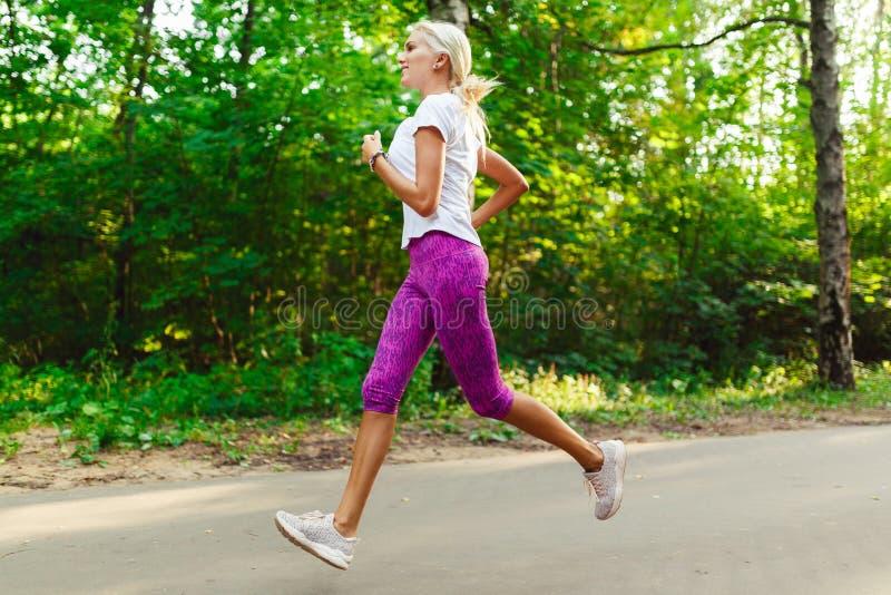 Bild des Sportmädchens rüttelnd auf Straße lizenzfreies stockfoto