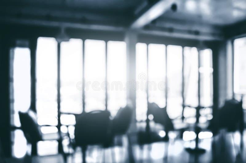 Bild des unscharfen Büroraumes mit Sonnenlicht stockfoto