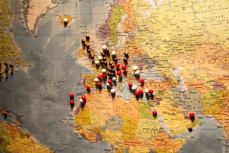 Bild des Weltkarte-Reisekonzeptes mit vielen Druckbolzen steckt Europa und umgebendes Land fest lizenzfreie stockfotos