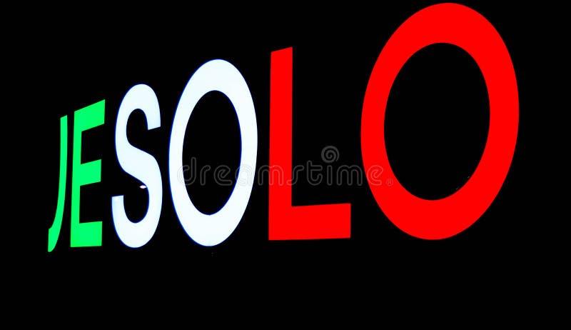 Bild des Zeichens gesetzt am Eingang der Jesolo-Stadt, um alle Touristen zu begrüßen, die sie besuchen Foto genommen nachts lizenzfreie stockbilder