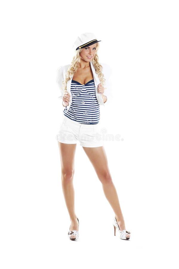 Bild einer jungen blonden Aufstellung in einem Seemannkostüm lizenzfreies stockfoto