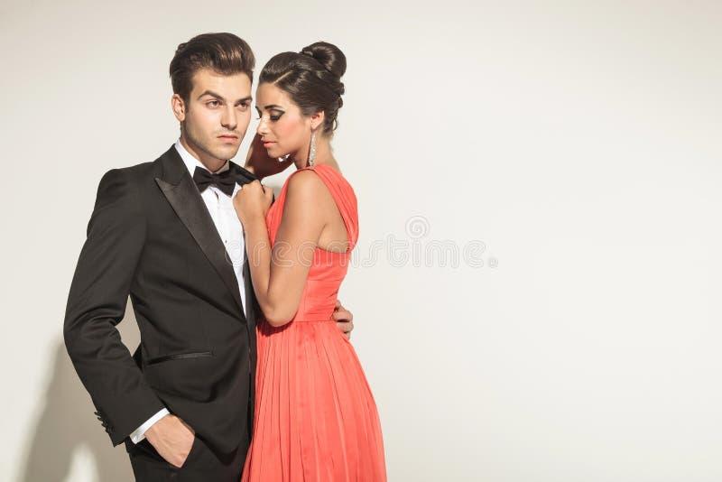 Bild einer jungen eleganten Paaraufstellung lizenzfreies stockbild