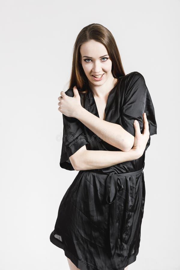 Bild einer reizenden jungen Frau im schwarzen Kleid lizenzfreie stockfotos