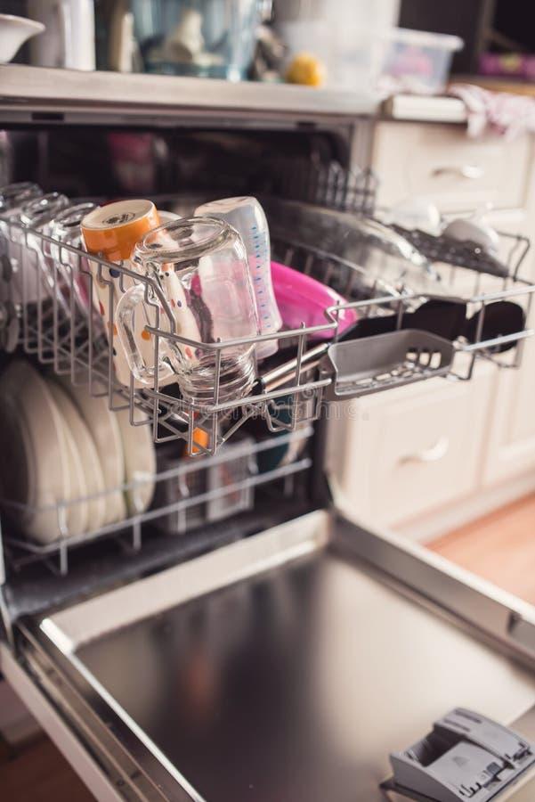Bild einer vollen Geschirrspülmaschine mit offener Tür lizenzfreies stockbild