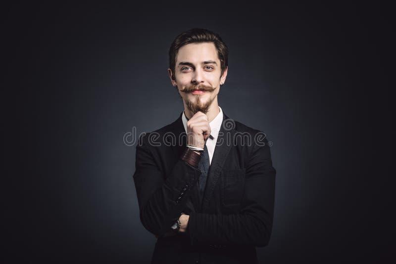 Bild eines eleganten jungen Mannes lizenzfreie stockbilder