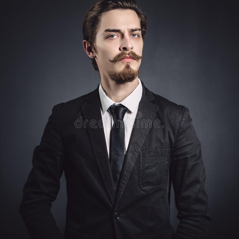 Bild eines eleganten jungen Mannes stockfotografie