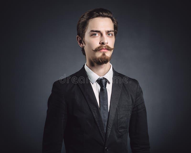 Bild eines eleganten jungen Mannes stockbilder