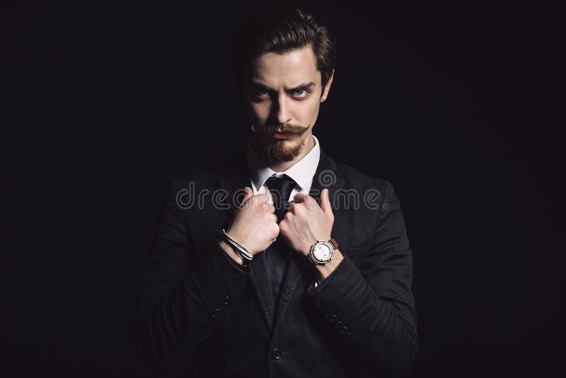 Bild eines eleganten jungen Mannes lizenzfreie stockfotografie