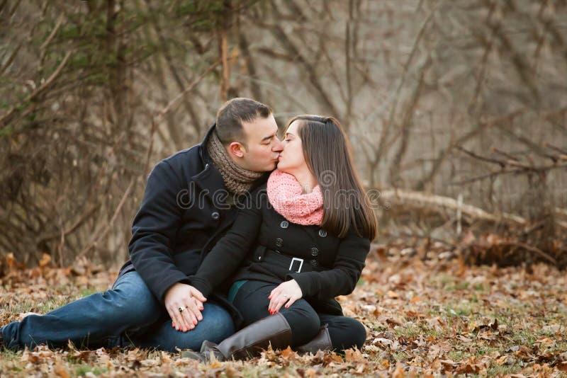 Bild eines Paares, das sich küsst lizenzfreie stockbilder
