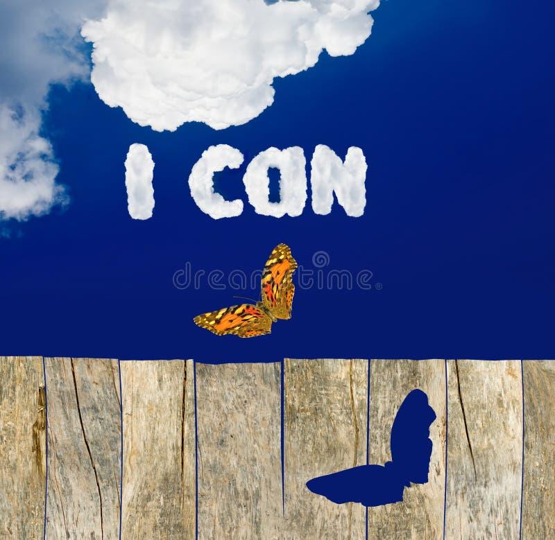 Bild eines Schmetterlinges gegen den Himmel als Symbol der Realisierung von Träumen und von Sieg über Schwierigkeiten stockbilder