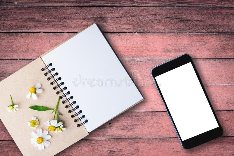 bild för bästa sikt av den öppna anteckningsboken med tomma sidor bredvid chamomi arkivfoton