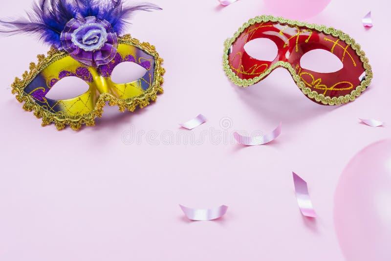 Bild för bästa sikt för tabell flyg- av den härliga färgrika karnevalsäsongen eller Mardi Gras för fotobåsstötta bakgrund Plan le royaltyfria foton
