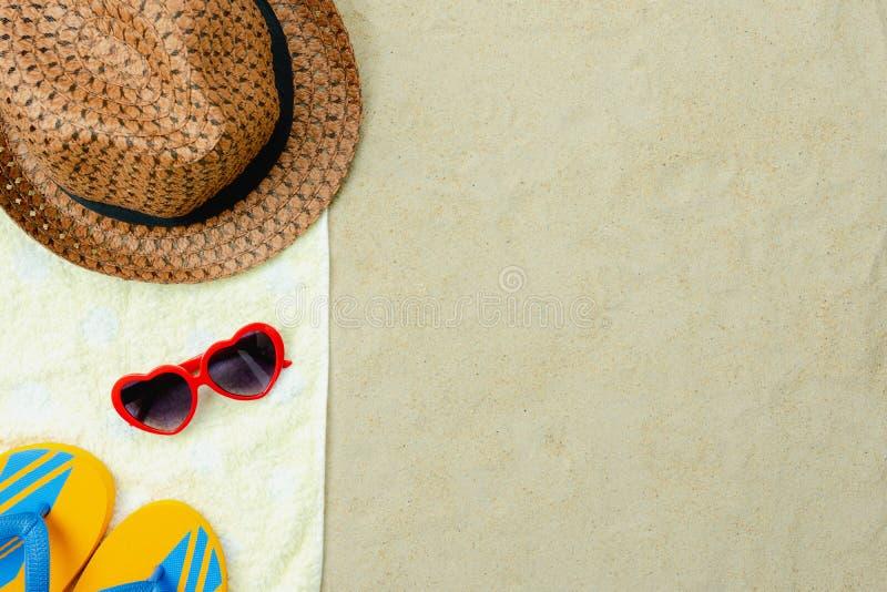 Bild för bästa sikt för tabell flyg- av mode som reser i bakgrund för strandsommarferie royaltyfri fotografi
