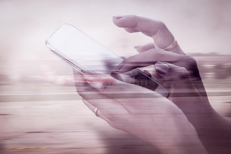 Bild för dubbel exponering av kvinnan som använder mobiltelefonen arkivbild