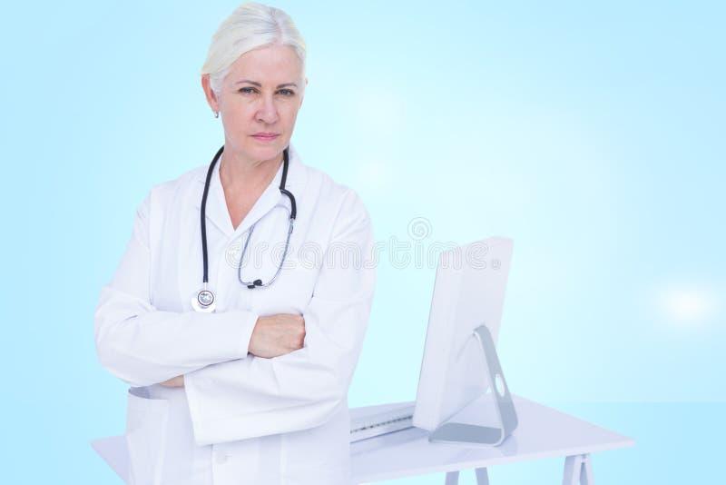 Bild för komposit 3d av ståenden av det säkra kvinnliga doktorsanseendet vid skrivbordet royaltyfria foton