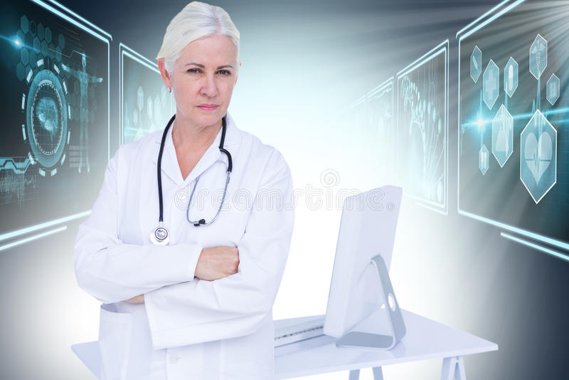 Bild för komposit 3d av ståenden av det säkra kvinnliga doktorsanseendet vid skrivbordet royaltyfri bild