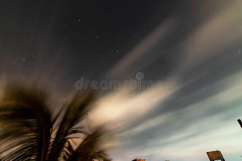 Bild för natthimmel som tas från Indien med en Nikon d3300 och dxwlinsen för tokina 11-16mm med en avantgardetripod royaltyfri fotografi