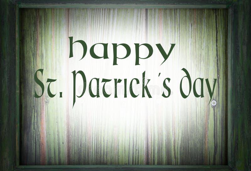 Bild för Sts Patrick dag på mars 17th En grön träram omger en grön träbakgrund Tillfogat meddelande fotografering för bildbyråer