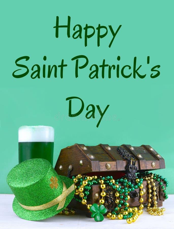 Bild för Sts Patrick dag på mars 17th Skattbröstkorg som symboliserar lycka och rikedom Lodlinjen avbildar arkivfoton