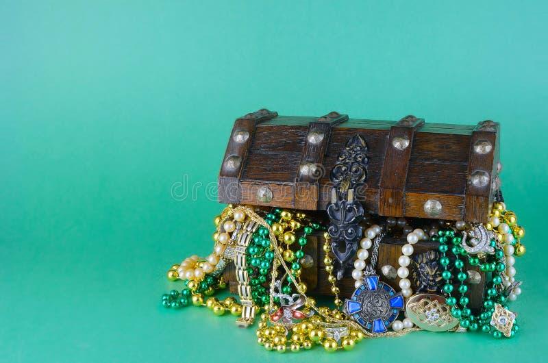 Bild för Sts Patrick dag på mars 17th Skattbröstkorgen som symboliserar lycka och rikedom, fylls med dräktsmycken och pärlor royaltyfria foton