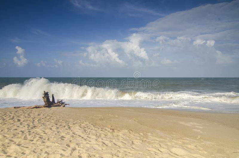 Bild för suddig och selektiv fokus blåsväder och det starka havet vinkar slå shorelinen royaltyfri foto