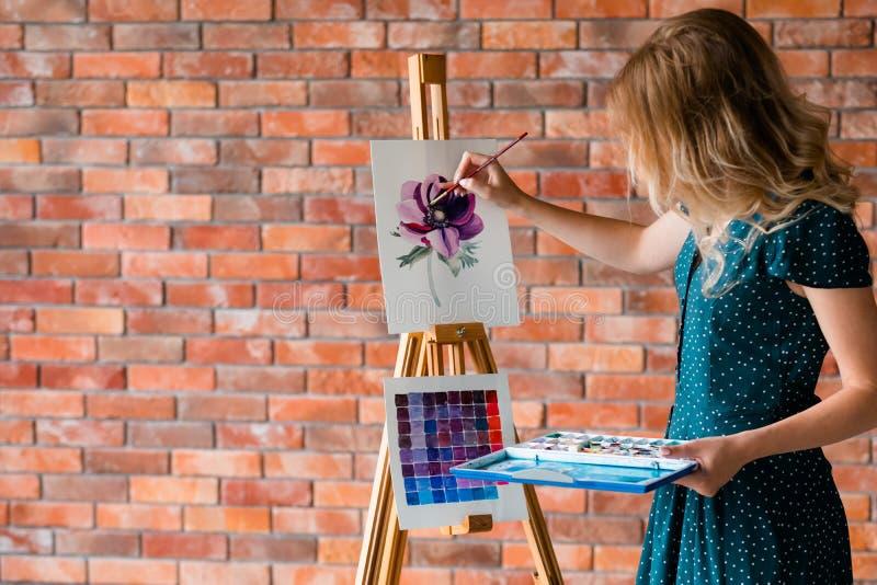 Bild för teckning för flicka för fritid för konstmålninghobby royaltyfria bilder