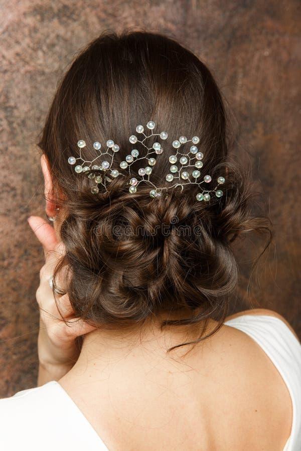 Bild från baksida av flickan med frisyren och diademen arkivbild