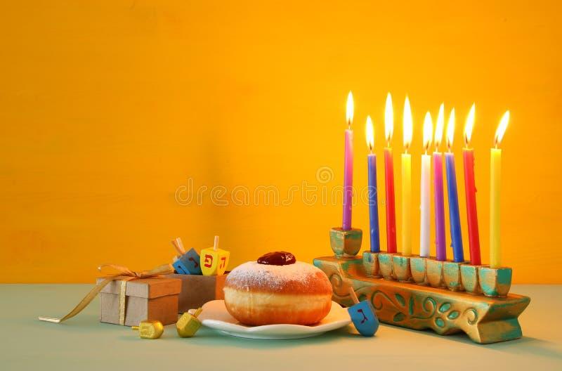 Bild jüdischen Feiertag Chanukka-Hintergrundes mit menorah ( traditionelles candelabra) lizenzfreies stockbild